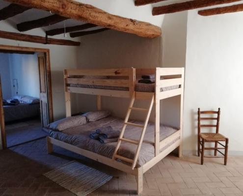 llitera de fusta amb llit de matrimoni